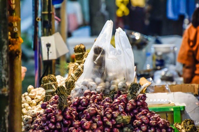 Cebola e alho empilhados junto para a venda imagem de stock royalty free