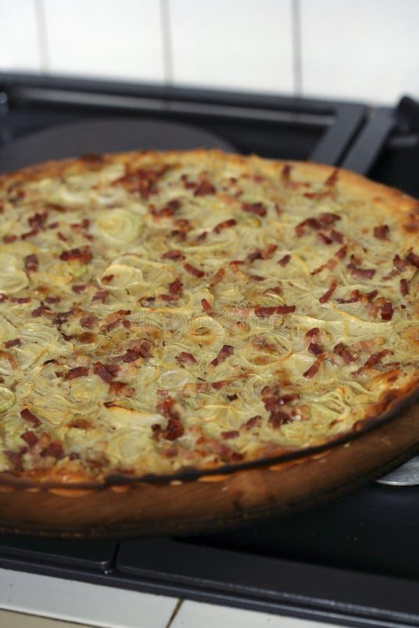 Cebola e quiche cortada do bacon fotos de stock royalty free