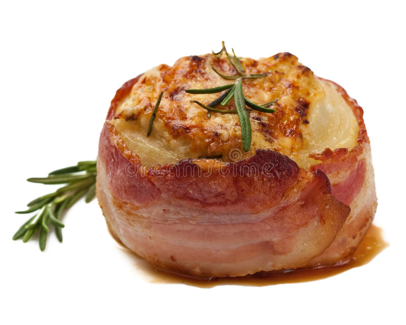 Cebola enchida com o bacon isolado imagens de stock