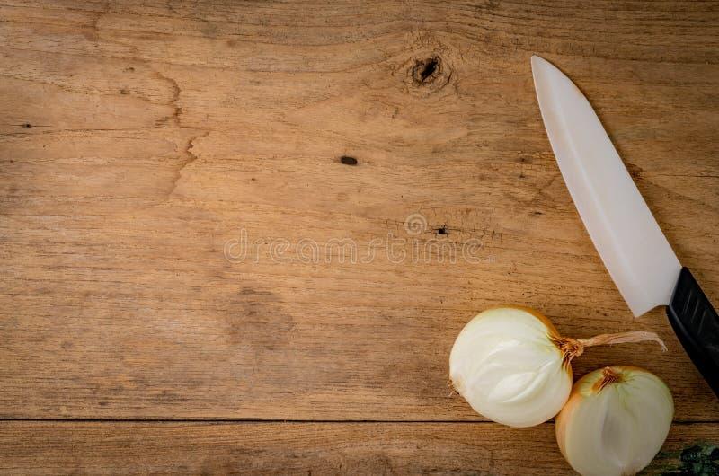 Cebola na madeira marrom fotos de stock