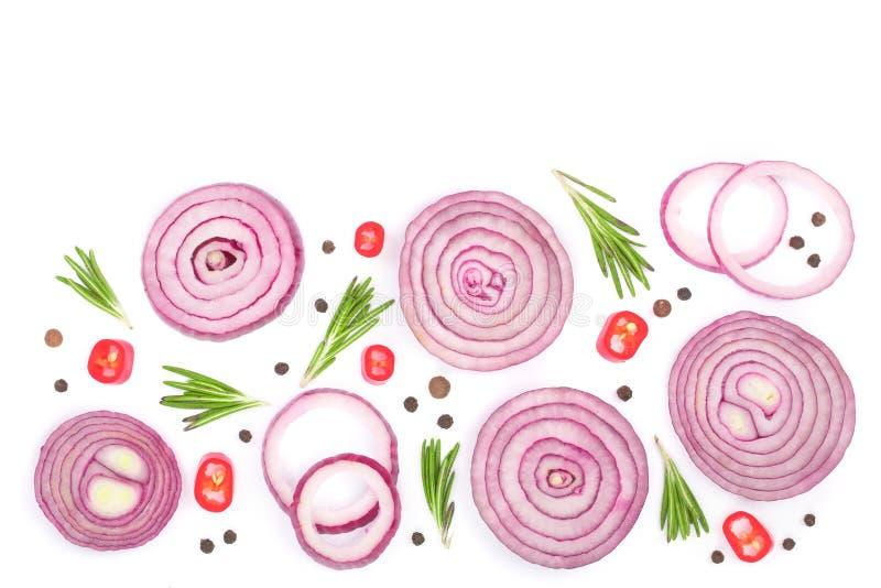 Cebola vermelha cortada com os alecrins e os grãos de pimenta isolados no fundo branco com espaço da cópia para seu texto Vista s fotos de stock