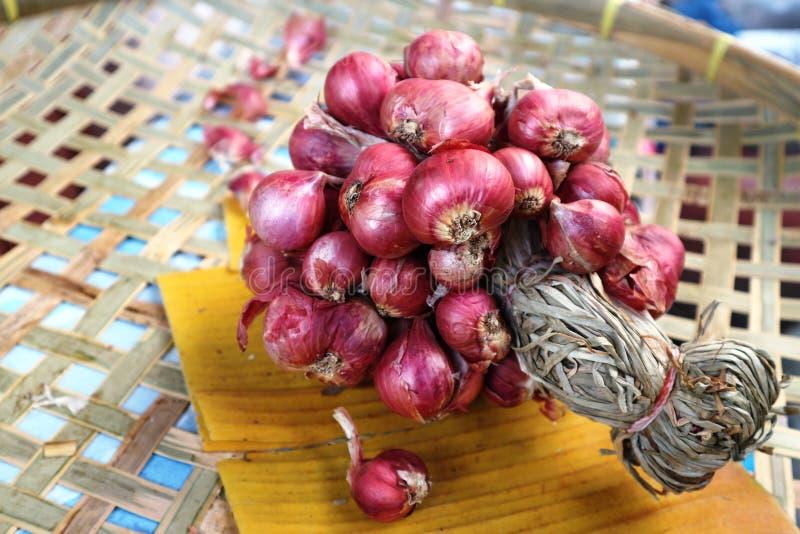 cebola vermelha das especiarias no weave de cesta e grupo foto de stock