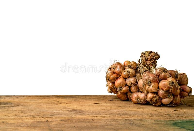 Cebola vermelha na madeira marrom foto de stock