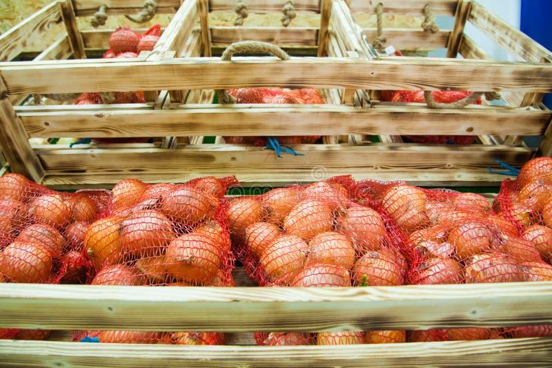 Cebolas amarelas no supermercado imagem de stock royalty free