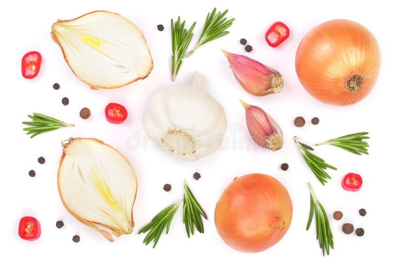 Cebolas com os alecrins, o alho e os grãos de pimenta isolados em um fundo branco Vista superior Configuração lisa ilustração royalty free