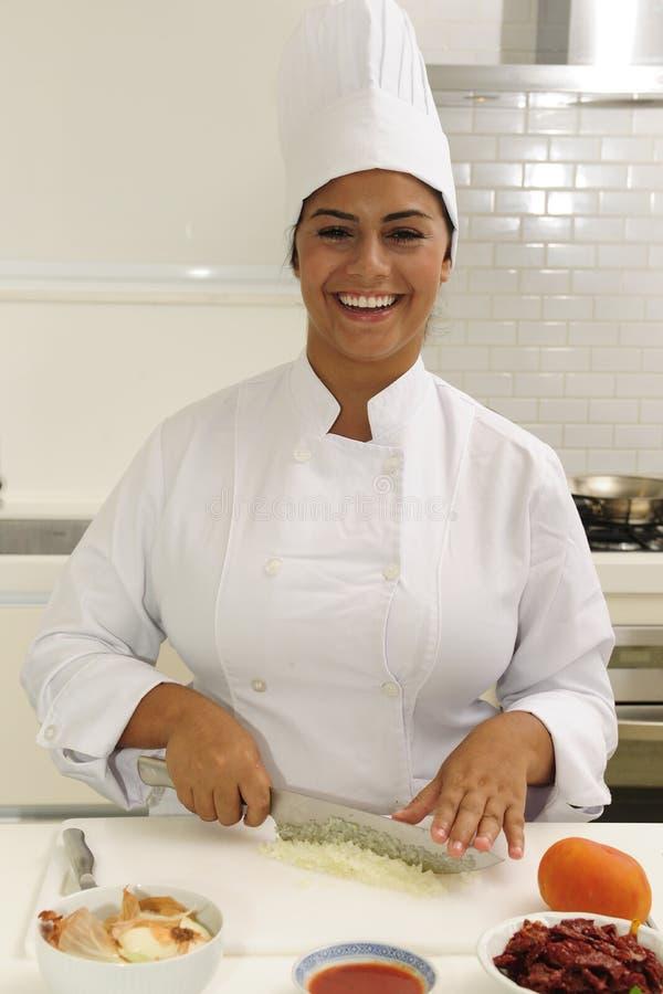 Cebolas felizes da estaca do cozinheiro chefe foto de stock