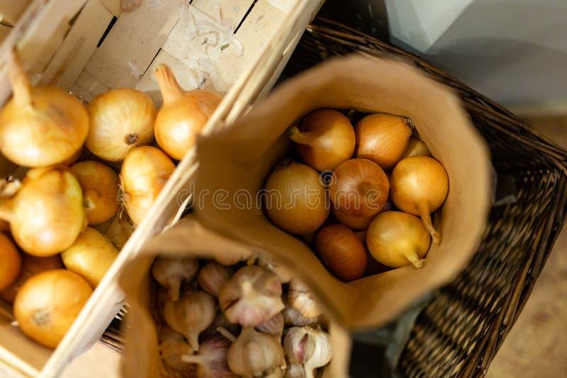 Cebolas frescas naturais embaladas em uns sacos de papel foto de stock