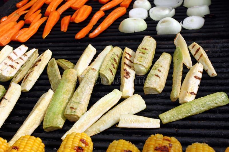 Cebolas grelhadas, abobrinha, cenouras, milho Vegetais Roasted no BBQ Textura cozida do fundo dos vegetais Conceito saudável do a imagem de stock royalty free