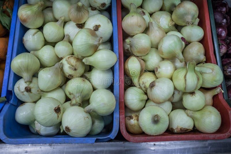 Cebolas no mercado super imagens de stock royalty free