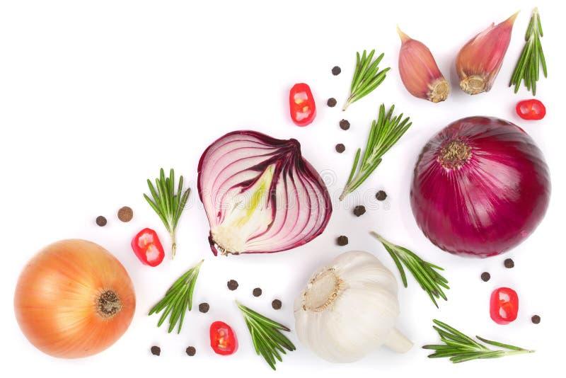 Cebolas vermelhas, alho com alecrins e grãos de pimenta isolados em um fundo branco com espaço da cópia para seu texto Vista supe fotografia de stock royalty free