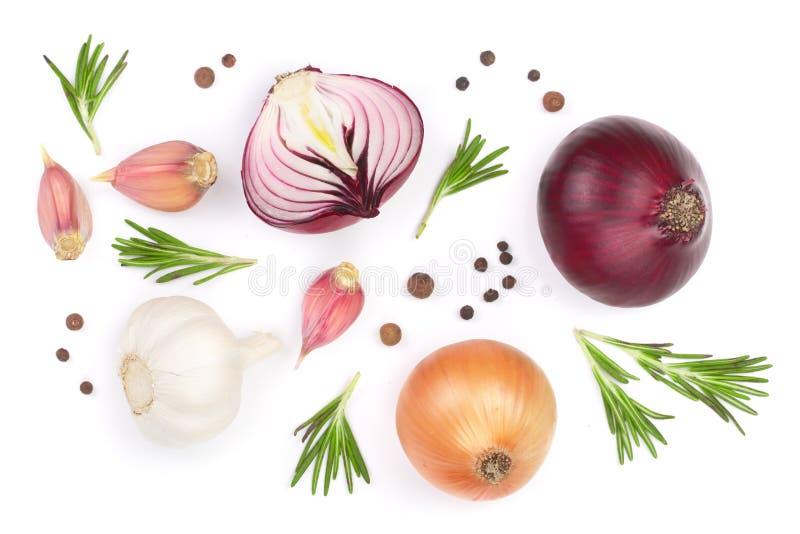 Cebolas vermelhas, alho com alecrins e grãos de pimenta isolados em um fundo branco Vista superior Configuração lisa fotografia de stock