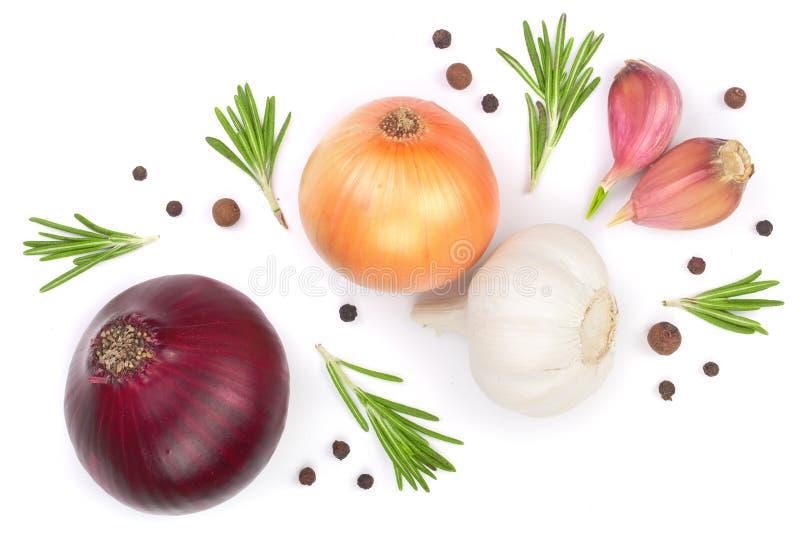 Cebolas vermelhas, alho com alecrins e grãos de pimenta isolados em um fundo branco Vista superior Configuração lisa fotografia de stock royalty free
