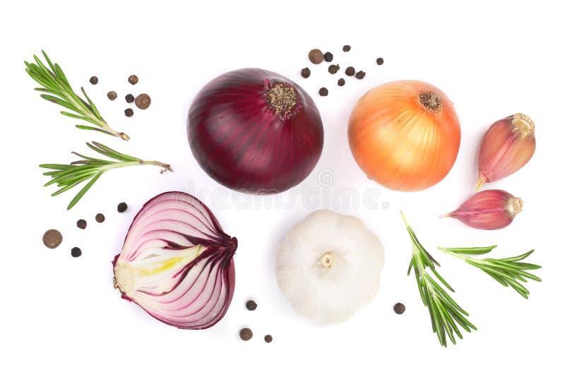 Cebolas vermelhas, alho com alecrins e grãos de pimenta isolados em um fundo branco Vista superior Configuração lisa imagem de stock