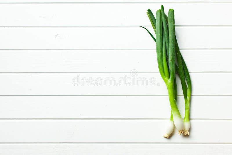 Cebolla de la primavera en la tabla blanca imágenes de archivo libres de regalías