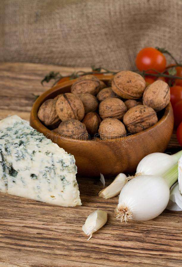 Cebolla de la primavera y queso verde danés delante de las nueces imagen de archivo libre de regalías