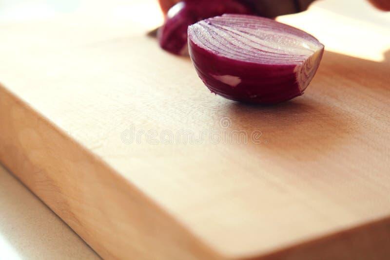 Cebolla roja en tajadera fotos de archivo