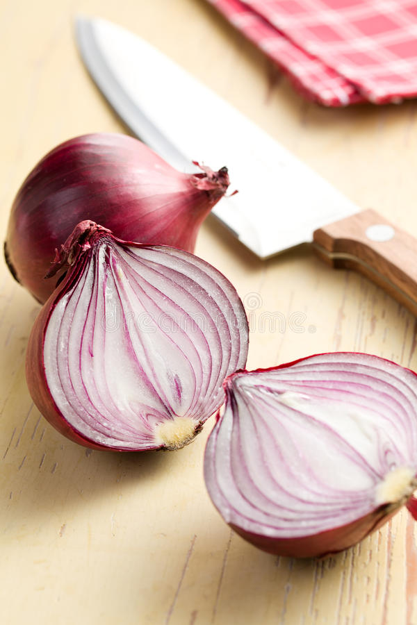 Cebolla roja rebanada en cocina imagenes de archivo
