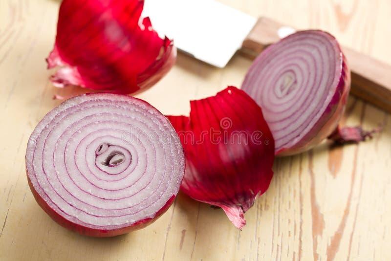 Cebolla roja rebanada en cocina foto de archivo
