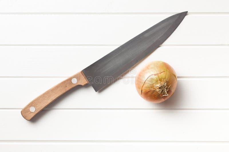 Cebolla y cuchillo foto de archivo