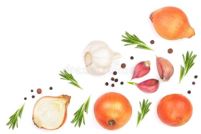 Cebollas, ajo con romero y granos de pimienta aislados en un fondo blanco con el espacio de la copia para su texto Visión superio stock de ilustración