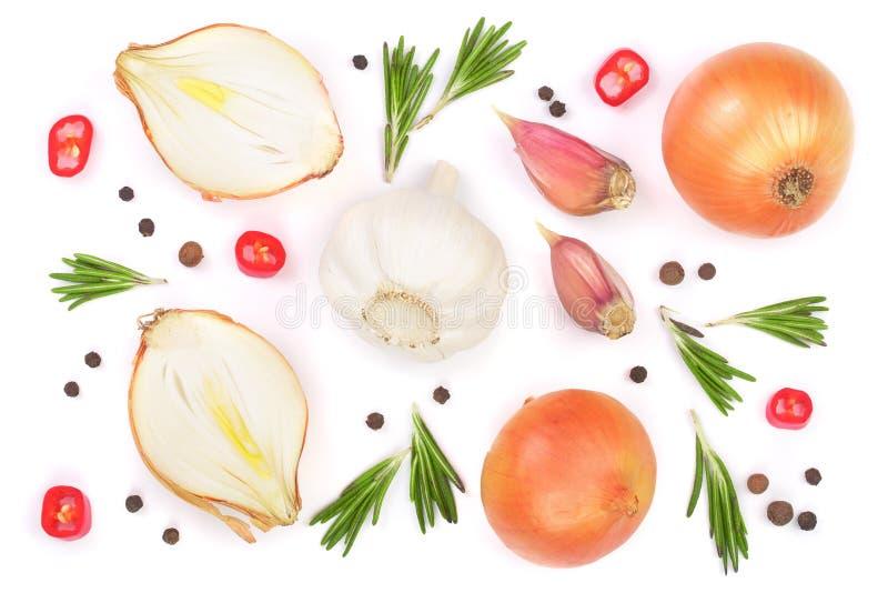 Cebollas con el romero, el ajo y los granos de pimienta aislados en un fondo blanco Visión superior Endecha plana libre illustration