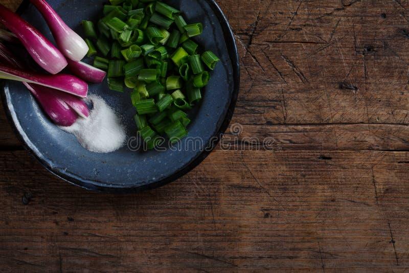 Cebollas con la sal imagen de archivo