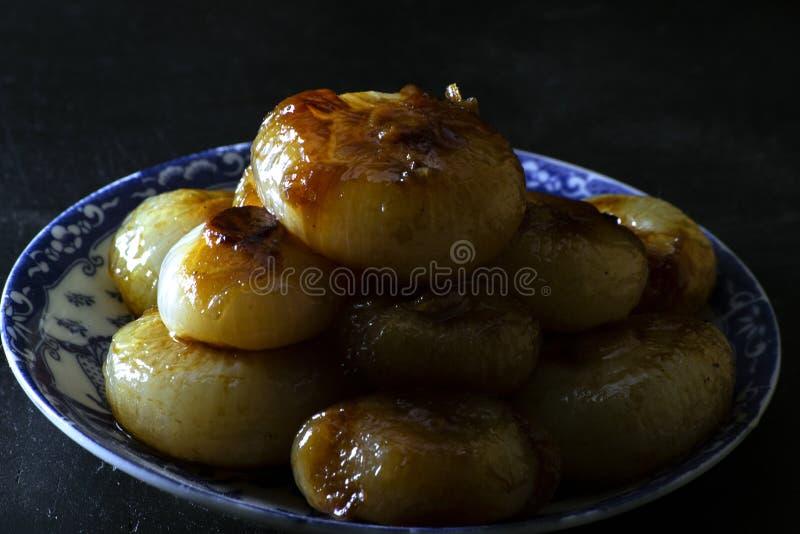 Cebollas italianas de boretano con fondo negro foto de archivo