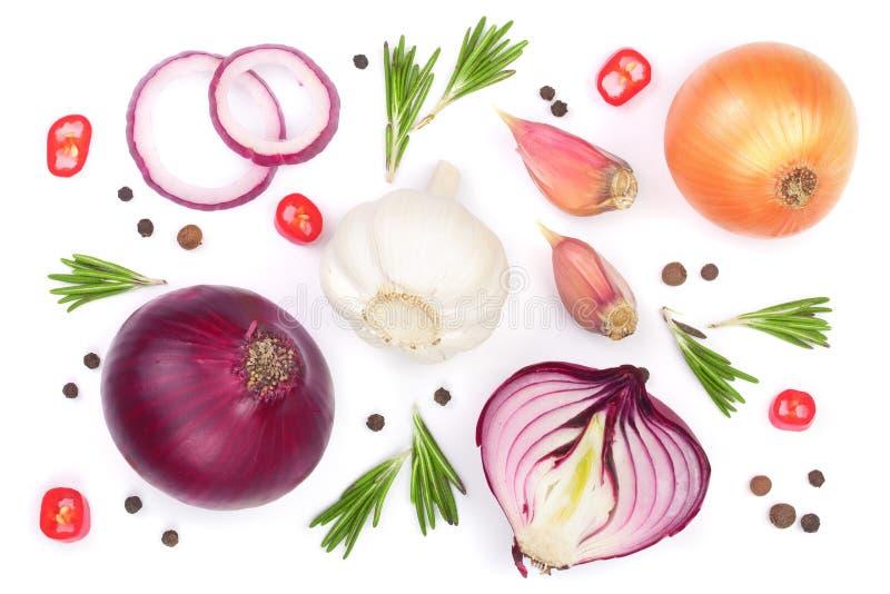 Cebollas rojas, ajo con romero y granos de pimienta aislados en un fondo blanco Visión superior Endecha plana libre illustration