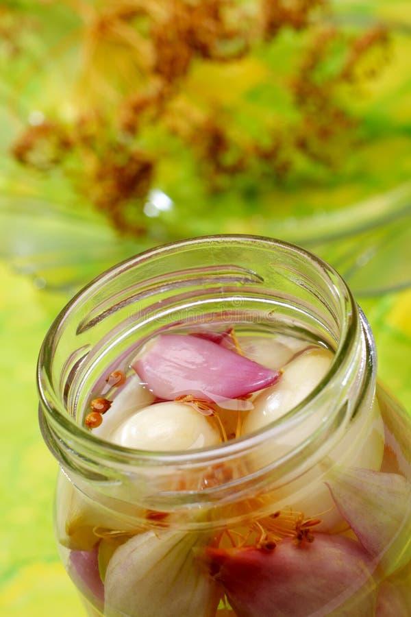 Cebollas rojas y blancas en tarro imagen de archivo