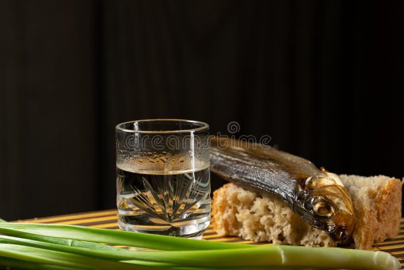 Cebollas verdes todav?a alcoh?licas del pan fresco de los pescados de la vodka imagenes de archivo