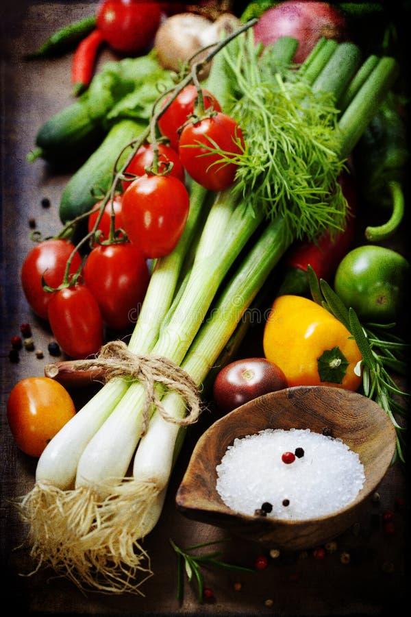 Cebollas y verduras frescas de la primavera fotografía de archivo