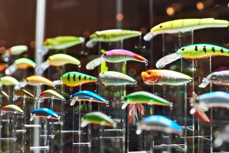 Cebos de pesca plásticos coloridos en tienda imagen de archivo