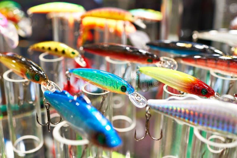 Cebos de pesca plásticos coloridos en tienda fotos de archivo libres de regalías