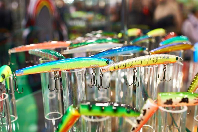 Cebos de pesca plásticos coloridos en tienda fotografía de archivo