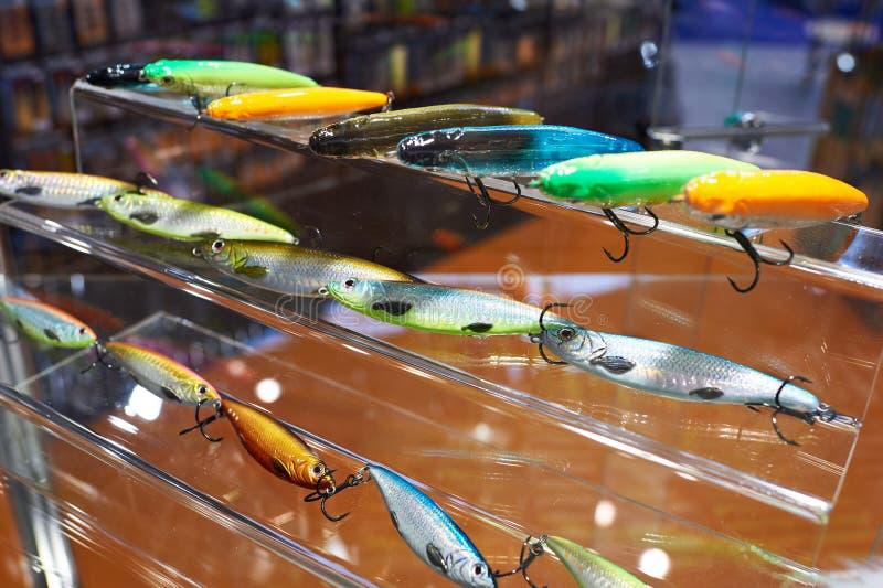 Cebos de pesca plásticos coloridos en tienda imagen de archivo libre de regalías