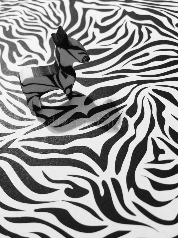 Cebra fijada en a cebra-como fondo imagenes de archivo