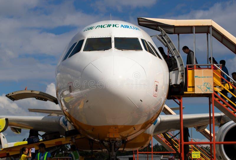 Cebu, de Filippijnen - 14 Nov. 2018: Vliegtuigen vooraanzicht met passagiers op treden Gelande vliegtuigen met ladder stock afbeeldingen
