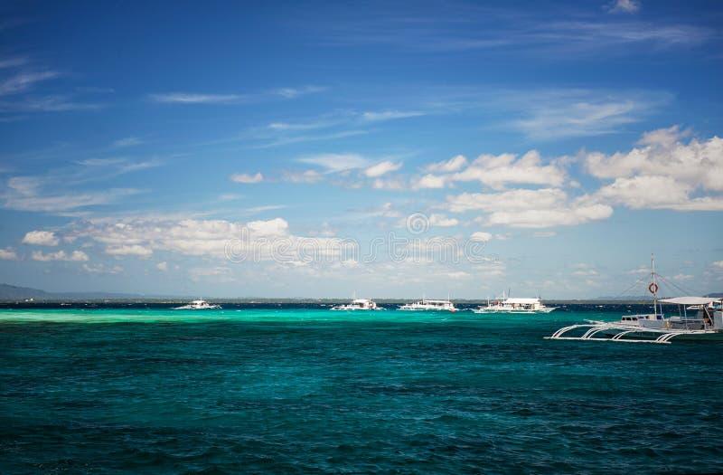 Cebu Filippinerna - Februari 25, 2015: Dykare på dykningfartyget på den Cebu ön, Filippinerna Flyg- sikt av härligt klart havsvat arkivbilder