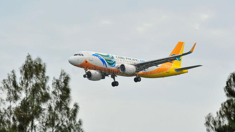 Cebu Pacific Airbus A320 avec de nouveaux sharklets débarquant à l'aéroport de Changi photographie stock libre de droits