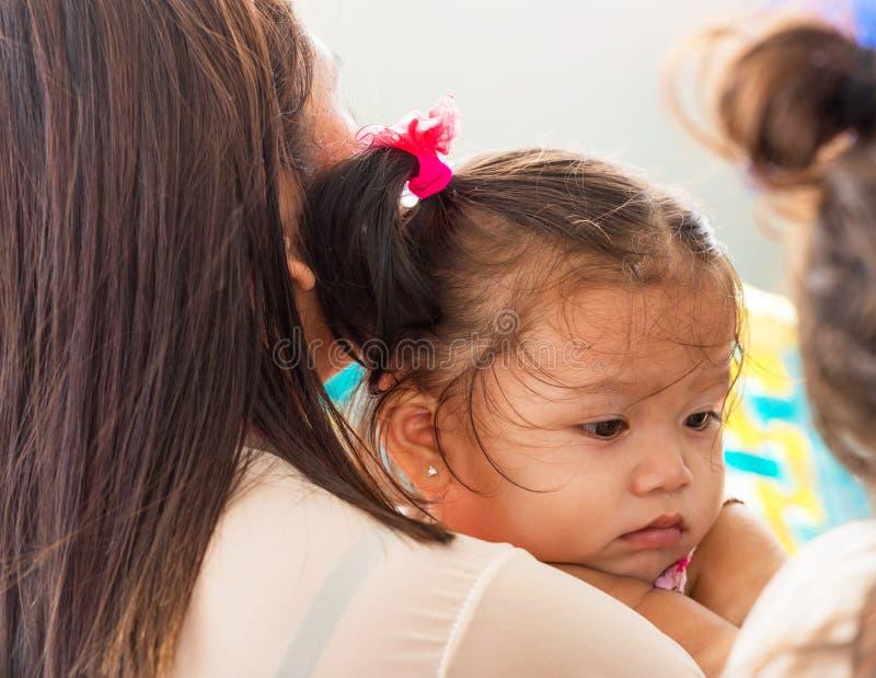 CEBU, PHILIPPINES - 23 FÉVRIER 2018 : Portrait d'une petite fille philippine Plan rapproché image stock