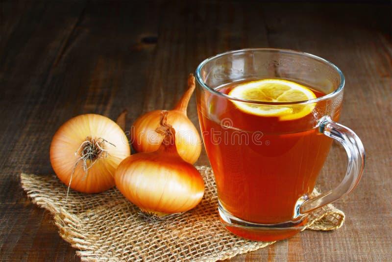 Cebulkowa herbata z cytryny domowej roboty ludowym remedium zdjęcia royalty free