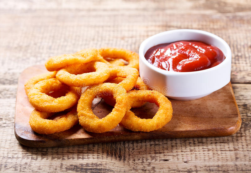 Cebulkowi pierścionki z ketchupem obrazy stock