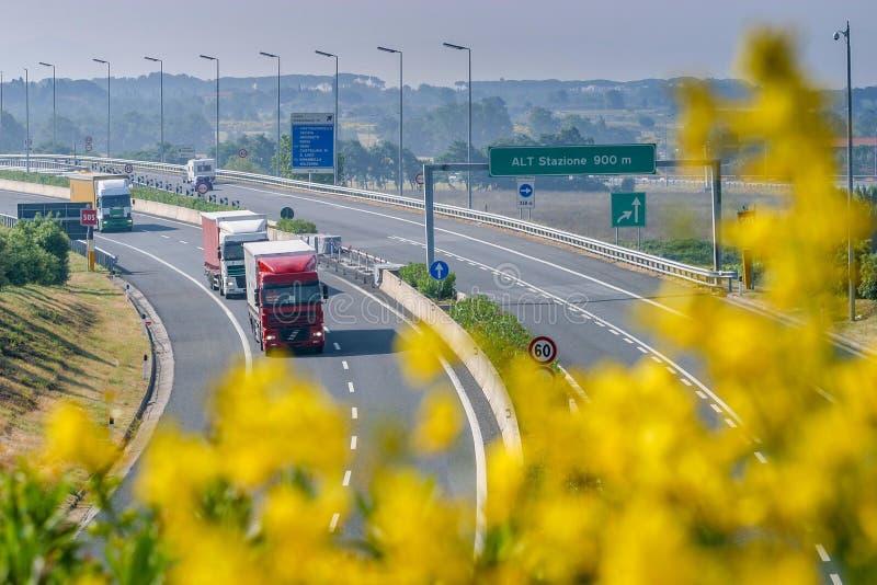 Cecina - Autobahn von Rosignano Solvay nach Livorno, Toskana, Ita lizenzfreie stockfotos