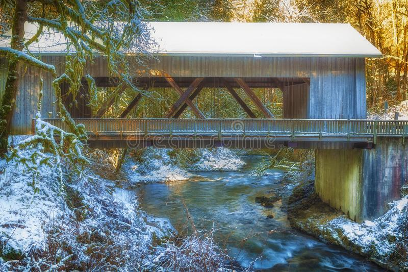 Cedar Creek Covered Bridge i vinter arkivbilder