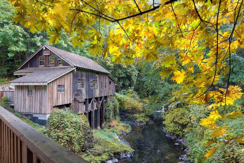 Cedar Creek Grist Mill på nedgångsäsongen arkivfoto