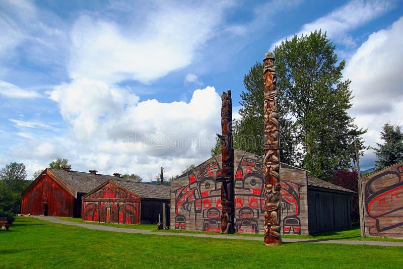 Cedar Plank Longhouses och totempålar på byn för K 'san, Hazelton, B C royaltyfria foton