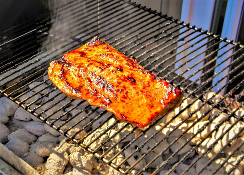 Cedar Plank Salmon Grilled Over-Kohlen stockbild