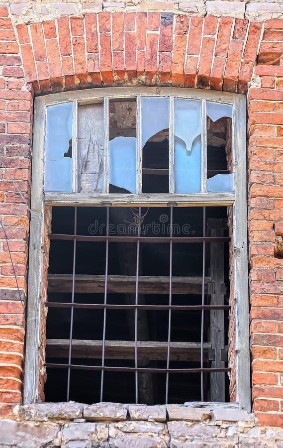 Cedazo de la ventana a la pared de ladrillo fotos de archivo libres de regalías