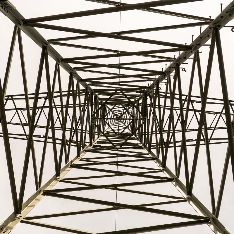 Cedazo del metal Pilones de alto voltaje L?neas el?ctricas imagenes de archivo