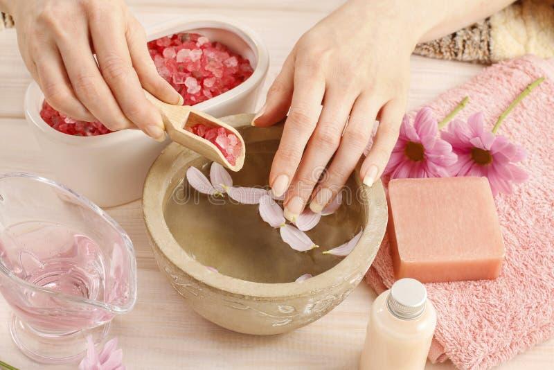 Cede a bacia cerâmica com água e óleos essenciais imagens de stock royalty free